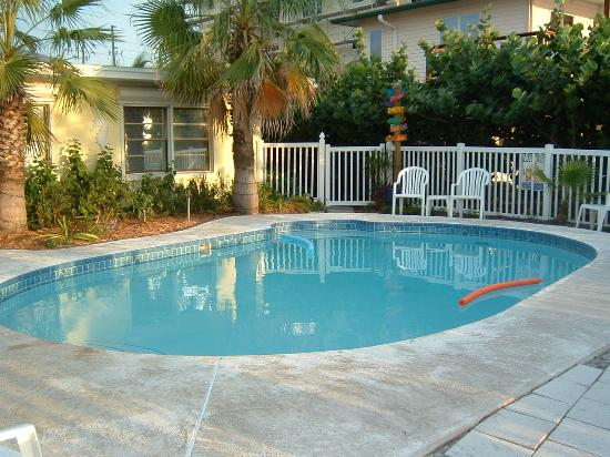 Barrett Beach Bungalows: the pool