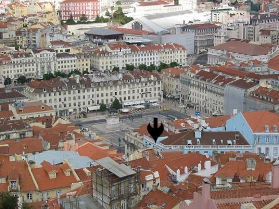 ‪هوتل لشبونة تيجو: Arrow points to Hotel Lisboa Tejo. Square is Praca da Figueira. Lg bldg at top is Rossio...‬