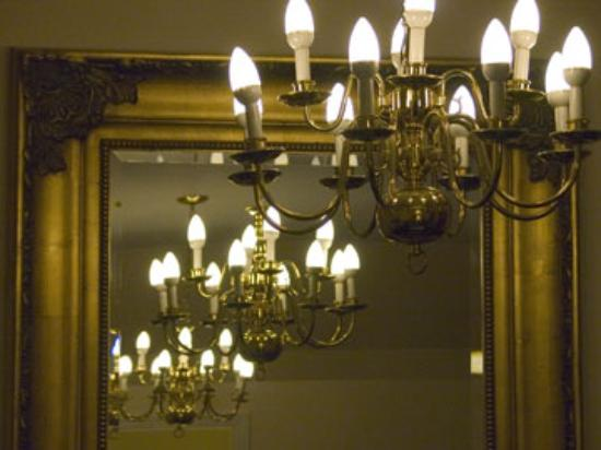 BEST WESTERN PLUS Elm House Inn: Two of the chandeliers.