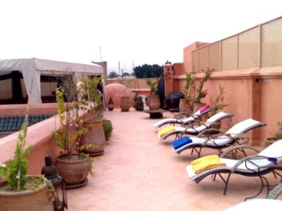 Riad Dar Anika: Loungers on the roof terrace (towels provided and folded!)