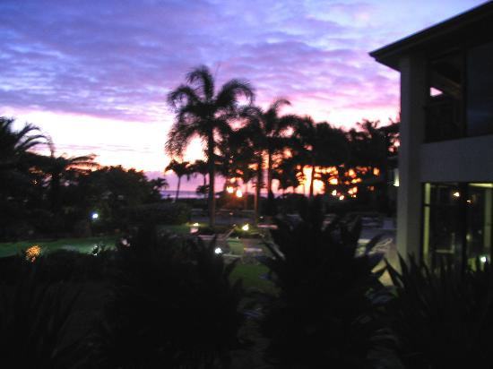 Lawai Beach Resort : Lawaaii Beach Resort lanai at sunset 06