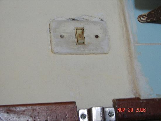Bungalows Pacificos : light switch in kitchen
