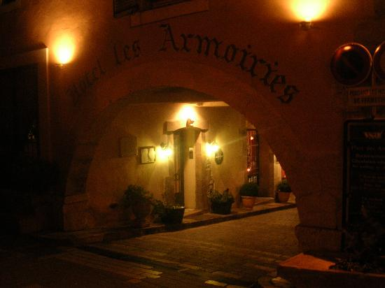 Les Armoiries : hotel enter by night