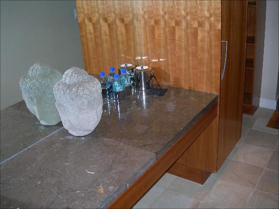 Hotel Teatro : Room entrance counter, mirror
