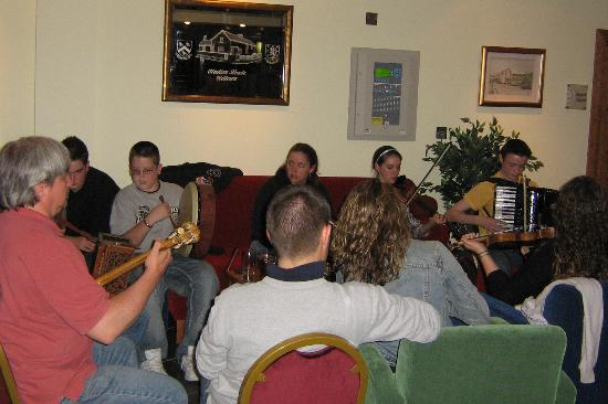 Station House Hotel Letterkenny: Session in the hotel lobby