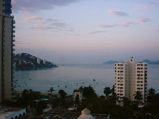 Hotel Amarea Acapulco: seaview from our room at 7 am
