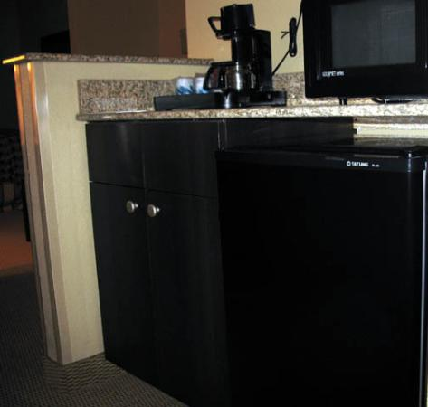 Comfort Suites DFW N/Grapevine: coffeemaker, fridge and microwave