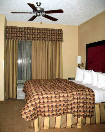 Comfort Suites DFW N/Grapevine: adjustable ceiling fan over bed