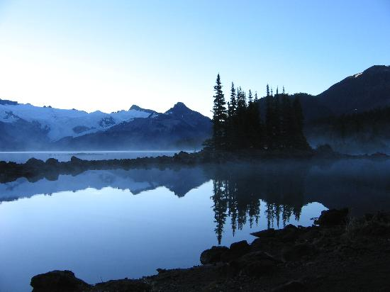 Britisk Columbia, Canada: Battleship Island & the glacier in Garibaldi Lake
