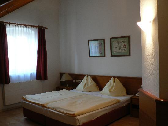 Hotel Weißes Kreuz: Room view #2