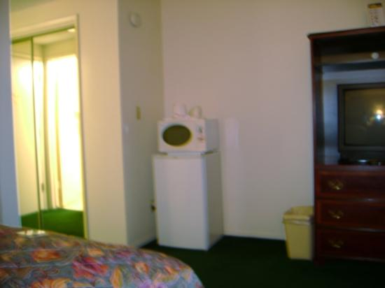 Rodeway Inn Near Maingate Knott's: Guest Room Microwave and Refrigerator, TV on right