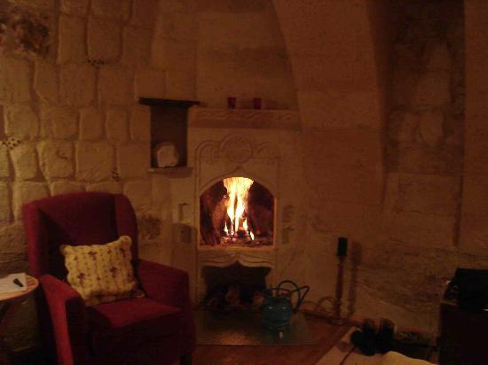Temenni Evi Hotel: fireplace
