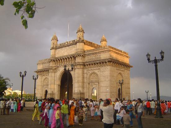 Mumbai (Bombay), Indien: On a stormy evening, a pale yellow colour