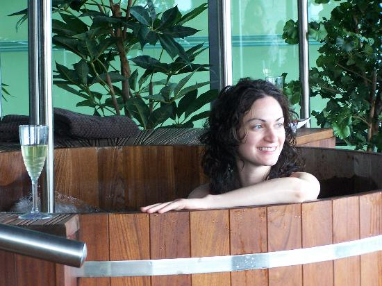 Hodson Bay Hotel: My friend Triona sipping champagne in the outdoor hot tub at Hodson Bay Spa