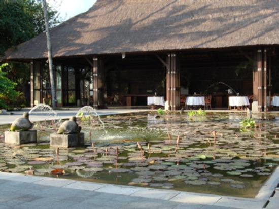Belmond Jimbaran Puri: entrance & restaurant