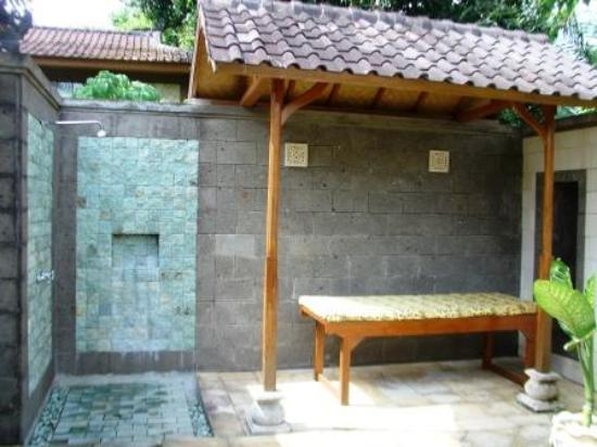 The Damai: Outdoor bathroom in bigger villa