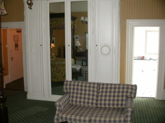 Queens Hotel Cheltenham - MGallery by Sofitel: cupboard and door to loo