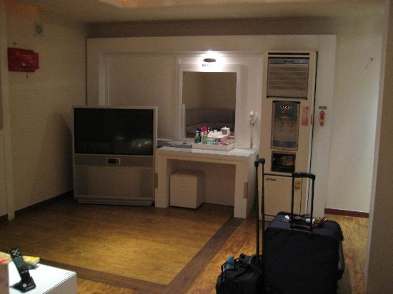 Uijeongbu, Sydkorea: TV and sitting area in Suite room.