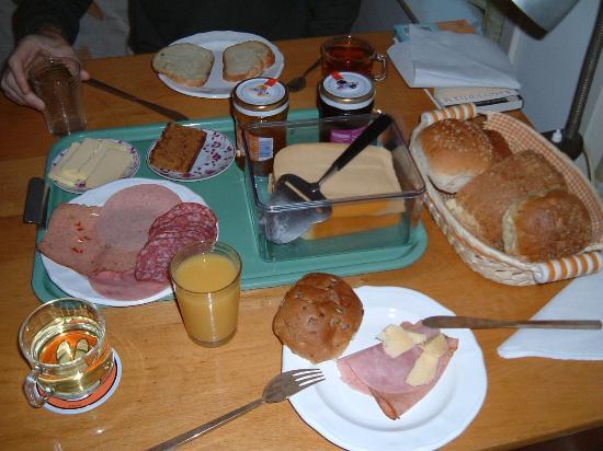 B&B Jordaan: Delicious Cumin cheese, ham, fruitcake, etc.