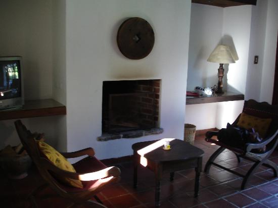Quinta de las Flores: Comfortable chairs near the fireplace