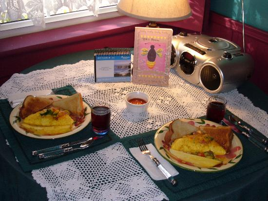 Cobbler Room & Cottage B&B and Massage: Patty Kerr breakfast prepared to meet our low-fat dietary needs...Absolutely Delicious!