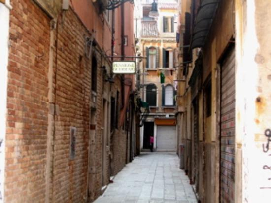 Pensione Guerrato: Alley outside hotel