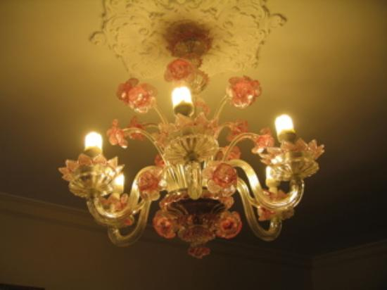 Pensione Guerrato: Beautiful chandelier makes the finishing touch!