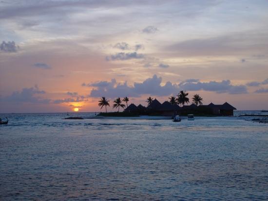 Four Seasons Resort Maldives at Kuda Huraa: Sunset over the spa island