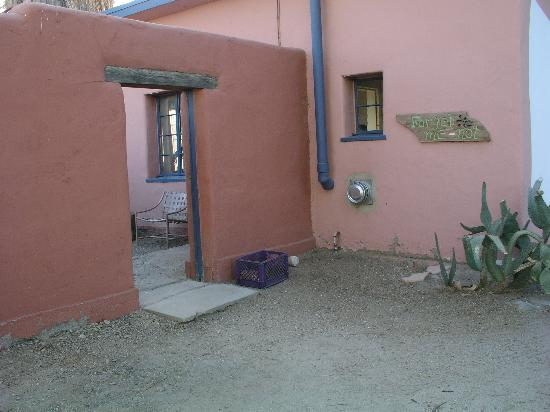 29 Palms Inn: outside enterance