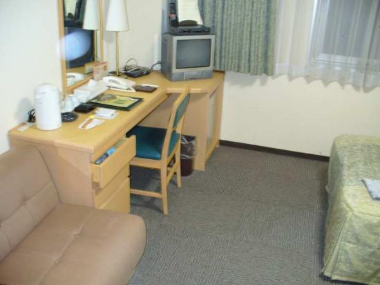Hotel Asia Center of Japan: Desk with wired internet hookup