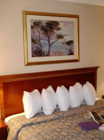 Holiday Inn Cleveland Airport: different pic of bed