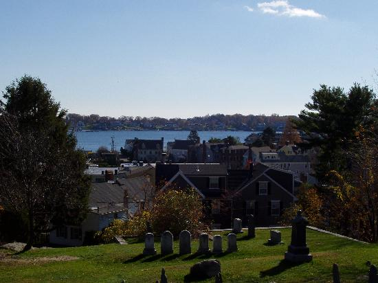 Notorious Annie's Waterfront Inn: View from Marblehead old cemetry over the ocean