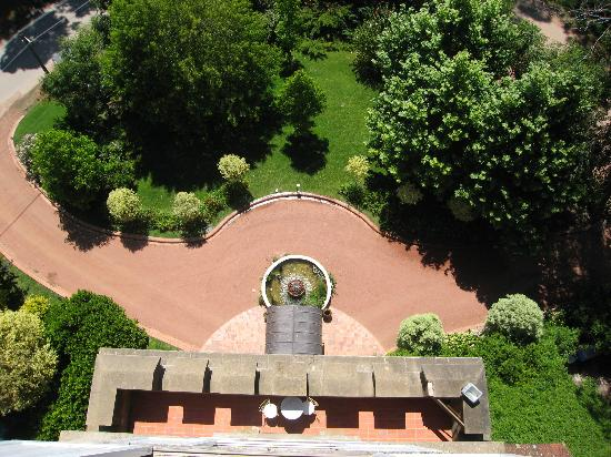 Hotel L'Auberge: Tower, view of the L'auberge's front drive.