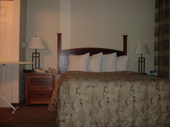 Staybridge Suites Cranbury: Bed