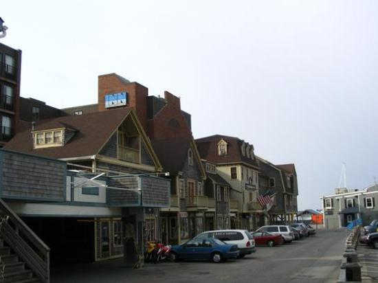 Wyndham Inn on the Harbor: Inn tucked away amongst shops