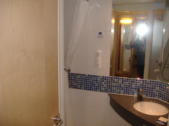 Premier Inn Preston South (Craven Drive) Hotel: the bathroom