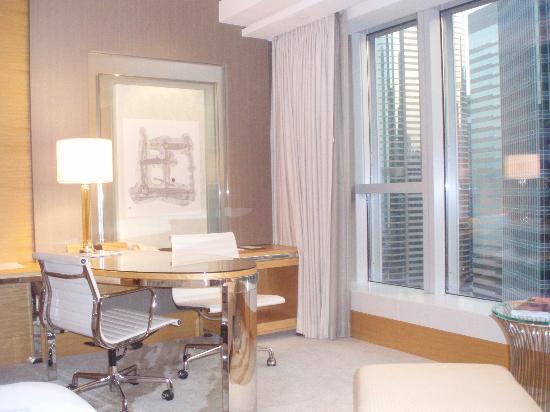 Four Seasons Hotel Hong Kong: Nice workspace