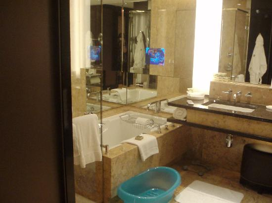 Four Seasons Hotel Hong Kong: Note baby bath and built in TV