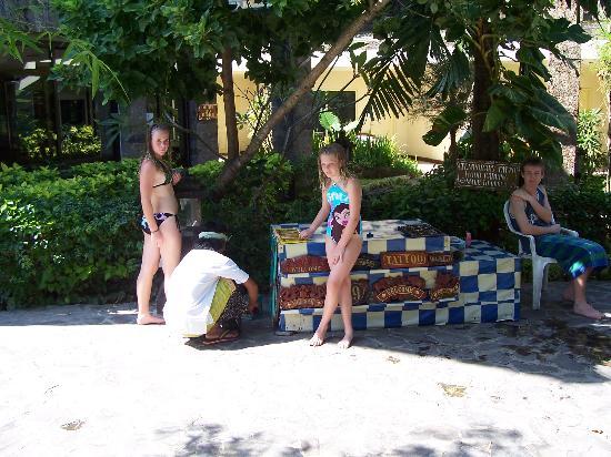 Melasti Legian Beach Resort & Spa: girls talking to the tattoo artist