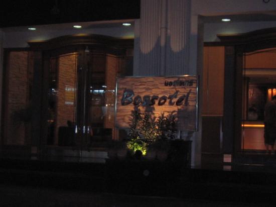Bossotel Bangkok: The Entrance
