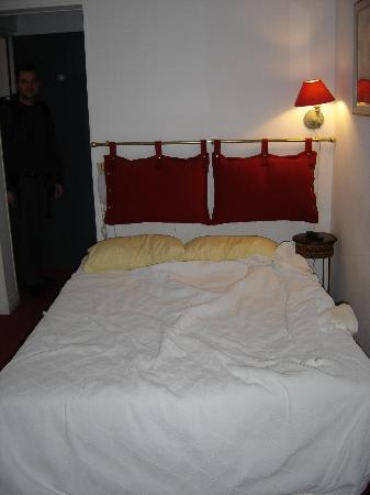Hotel de l'Avre: Double bed; very Provencal