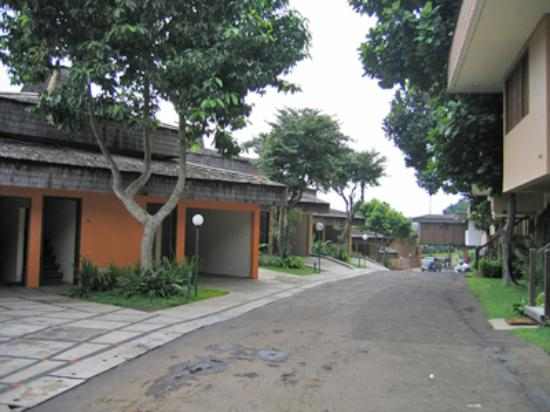 Cipaku Indah Hotel: Rooms with car park for family