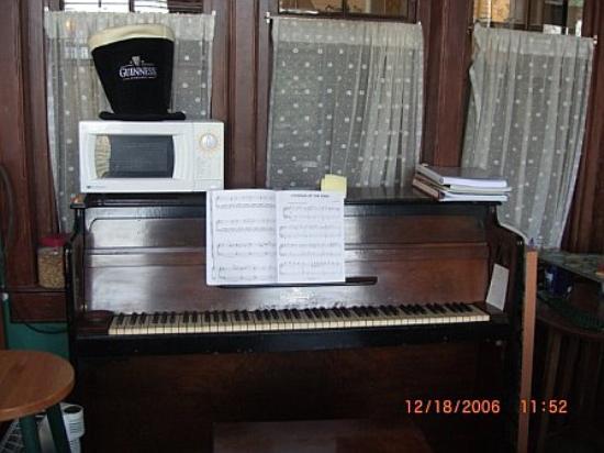 Killahevlin: Piano in pub