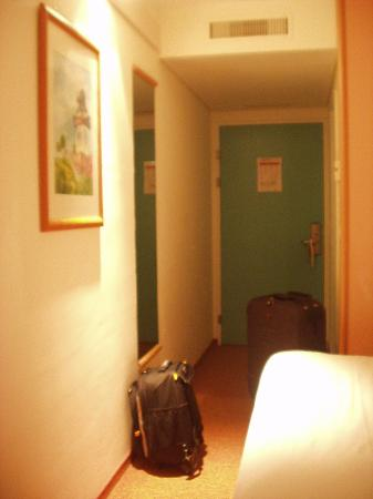ibis Zurich Messe Airport: corridor and bed