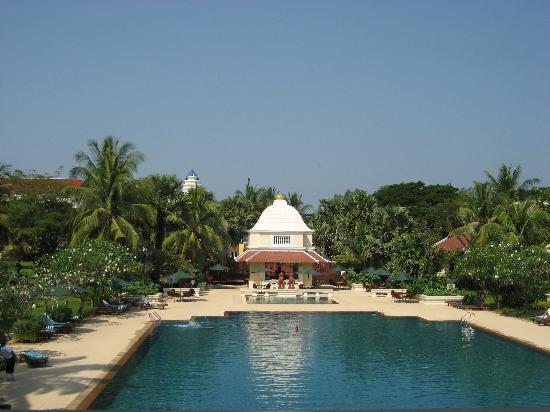 Raffles Grand Hotel d'Angkor: swimming pool