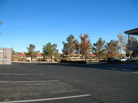 Motel 6 Twentynine Palms: Parking lot - west side