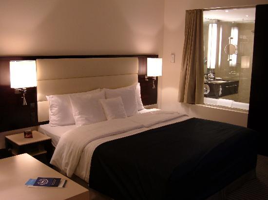 Sheraton Muenchen Arabellapark Hotel: Big comfy bed!