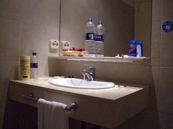 Hotel Miau: bathroom sink... Very clean with Shower