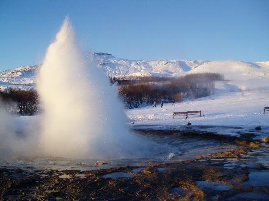 Metropolitan Hotel: Geyser erupting at Geysir