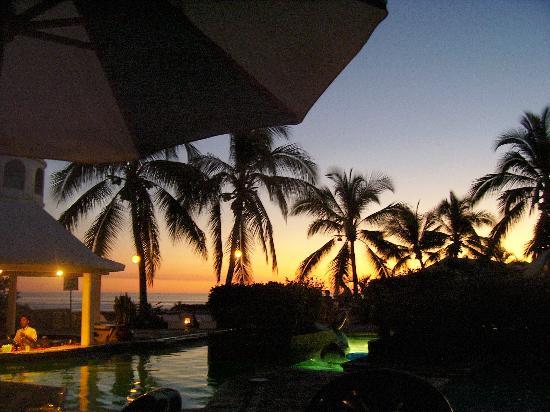 Hotel Vista Playa de Oro Manzanillo: Sunset by the pool